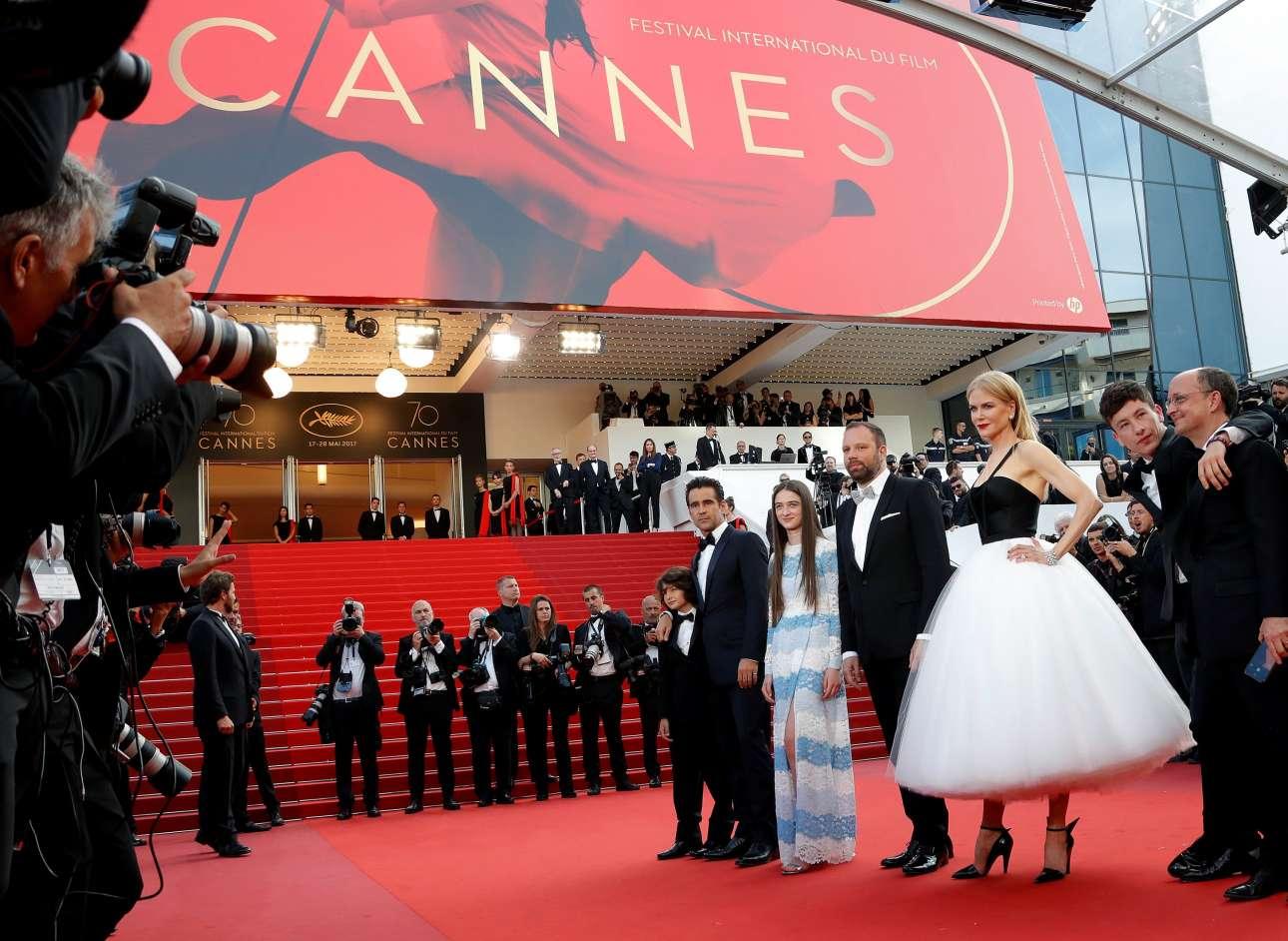 Ο μικρός Σάνι Σούλιτς στην αγκαλιά του Κόλιν Φάρελ, η Ράφεϊ Κάσιντι, ο Γιώργος Λάνθιμος, η Νικόλ Κίντμαν, ο Μπάρι Κόγκαν και ο παραγωγός Εντ Γκίνεϊ λίγο πριν από την πρεμιέρα