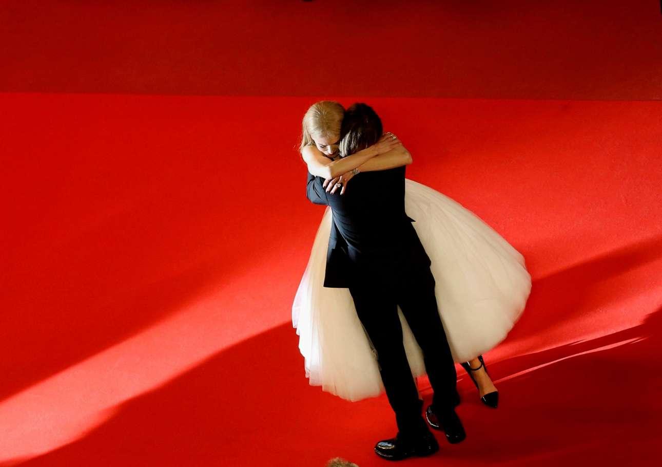Η Νικόλ Κίντμαν αγκαλιάζει τον σύζυγό της Κιθ Ουρμπαν στο κόκκινο χαλί στην πρεμιέρα του «The Killing of a Sacred Deer» του Λάνθιμου