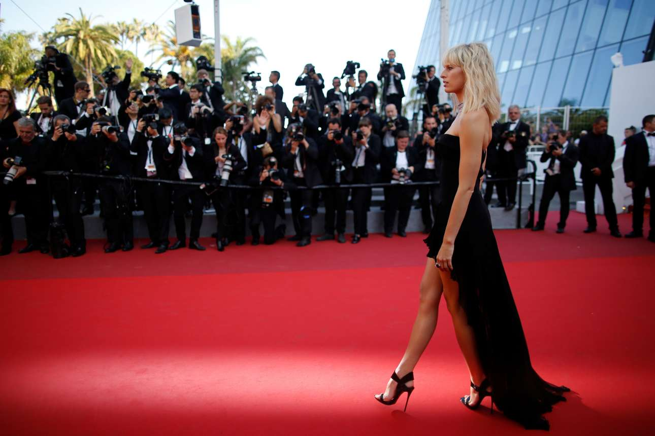 Πώς το λένε; «Πόδια-διαβήτης»; Ετσι μοιάζουν τα πόδια του σούπερ μοντέλου Καρολίνα Κούρκουβα καθώς ποζάρει πάνω στο κόκκινο χαλί
