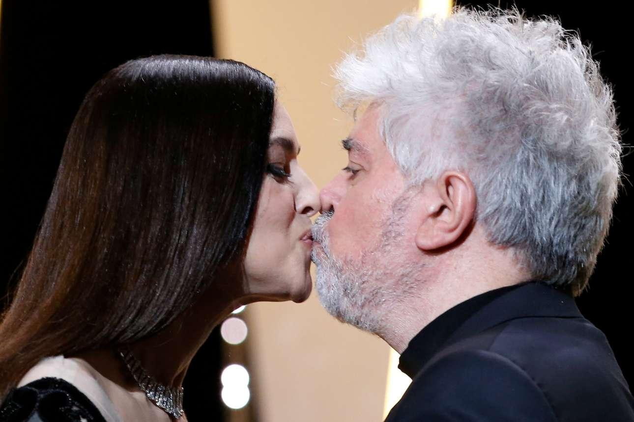 Η παρουσιάστρια της τελετής απονομής Μόνικα Μπελούτσι δίνει το πολυπόθητο φιλί της στον πρόεδρο της επιτροπής της φετινής διοργάνωσης, Πέδρο Αλμοδόβαρ