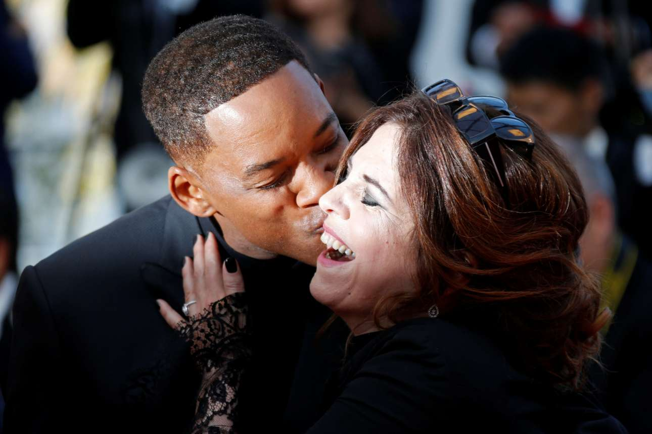 Το χαρούμενο φιλί των μελών της κριτικής επιτροπής. Ο Γουίλ Σμιθ αγκαλιάζει και φιλάει τη γαλλίδα ηθοποιό Ανιές Ζαουί