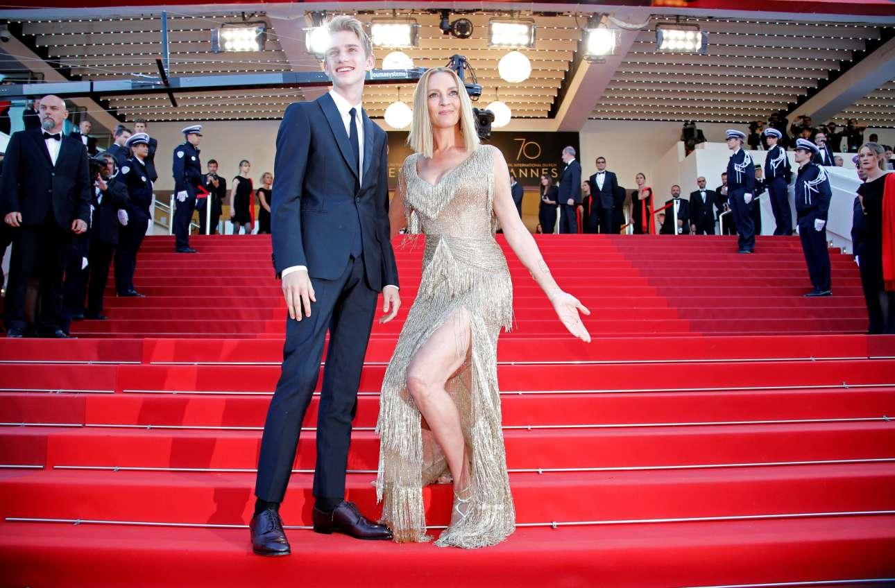 Η Ούμα Θέρμαν, η φετινή πρόεδρος της κριτικής επιτροπής για την κατηγορία «Ένα κάποιο βλέμμα», ποζάρει ενθουσιασμένη και σέξι δίπλα στον γιο της Λεβόν Ρόουν Θέρμαν-Χοκ