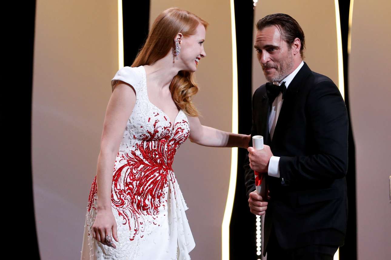 Ο Χοακίν Φίνιξ είναι ηθοποιάρα. Κι όμως δείχνει να ξαφνιάζεται όταν η Τζέσικα Τσάστεϊν τον καλεί για να παραλάβει το βραβείο Καλύτερου Ηθοποιού για την ταινία «You Were Never Really Here»