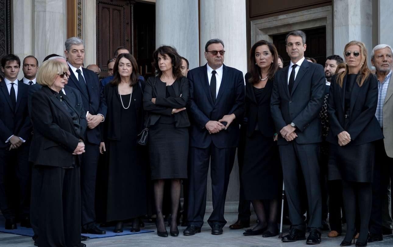 Η οικογένεια Μητσοτάκη στην είσοδο του ναού, αναμένοντας τη σορό του πρώην Πρωθυπουργού