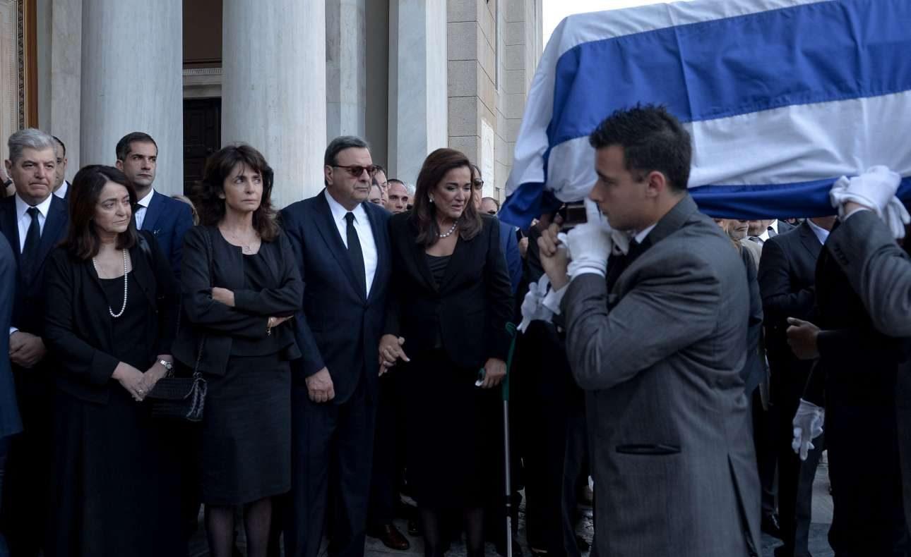 Η οικογένεια υποδέχεται τη σορό του Κωνσταντίνου Μητσοτάκη στη Μητρόπολη Αθηνών