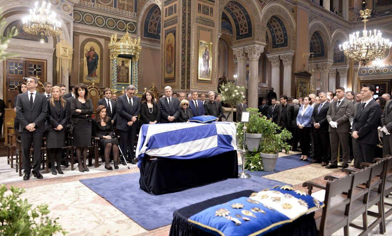 Η οικογένεια του Κωνσταντίνου Μητσοτάκη μπροστά από το φέρετρο. Τυλιγμένο με την ελληνική σημαία. Ο πρόεδρος της ΝΔ πρώτος από αριστερά