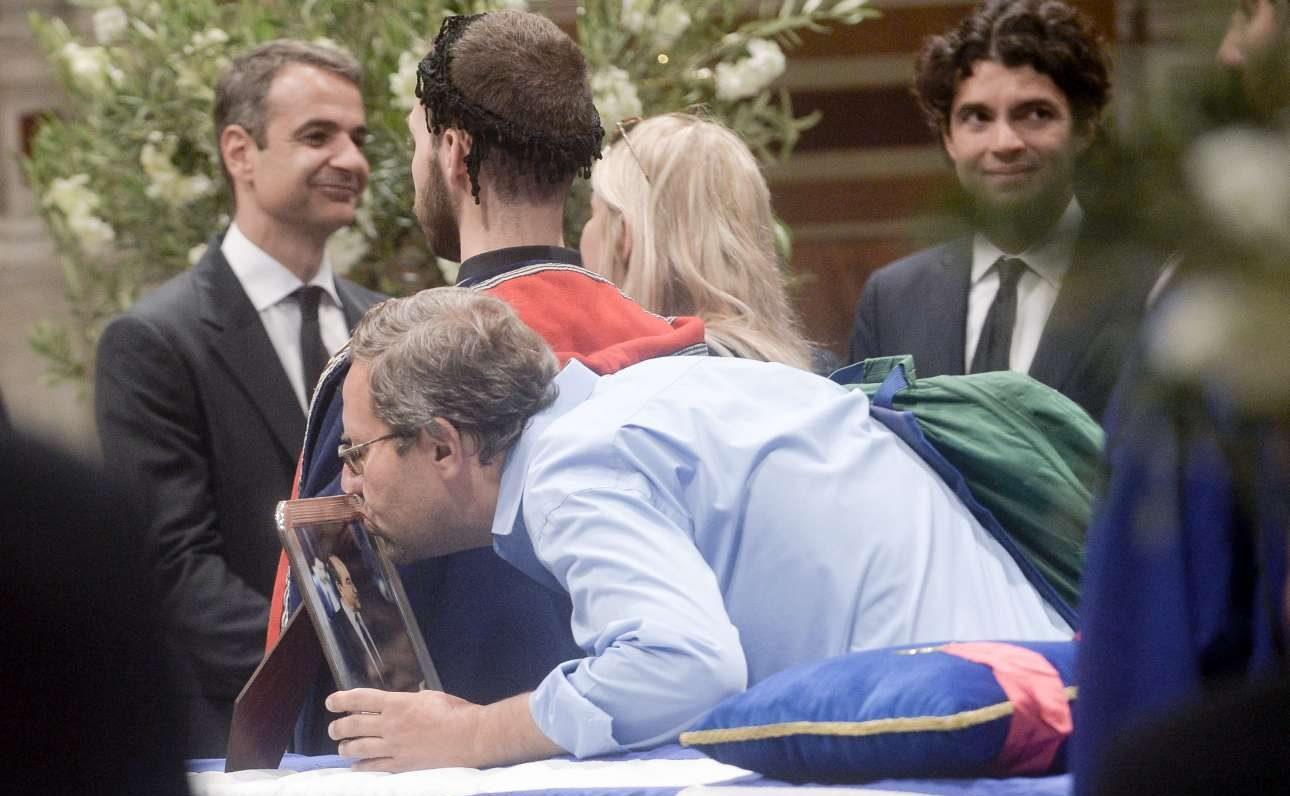 Ο Κυριάκος Μητσοτάκης δέχεται τα συλλυπητήρια από τον κόσμο που έσπευσε από νωρίς στη Μητρόπολη Αθηνών για να αποχαιρετήσει τον Κωνσταντίνο Μητσοτάκη