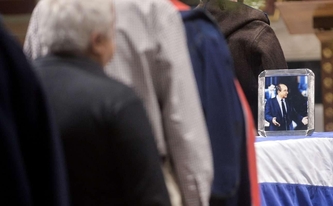 Οι πολίτες περιμένουν στη σειρά για να ένα τελευταίο «αντίο» στον Κωνσταντίνο Μητσοτάκη