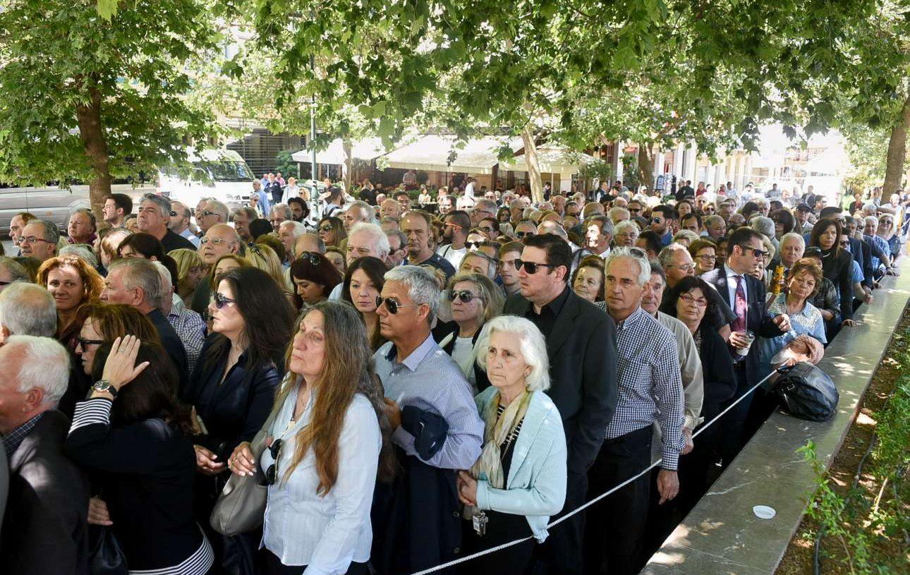 Τεράστιες ουρές το μεσημέρι στον ιερό ναό της Μητρόπολης για τον τελευταίο χαιρετισμό στον Κωνσταντίνο Μητσοτάκη