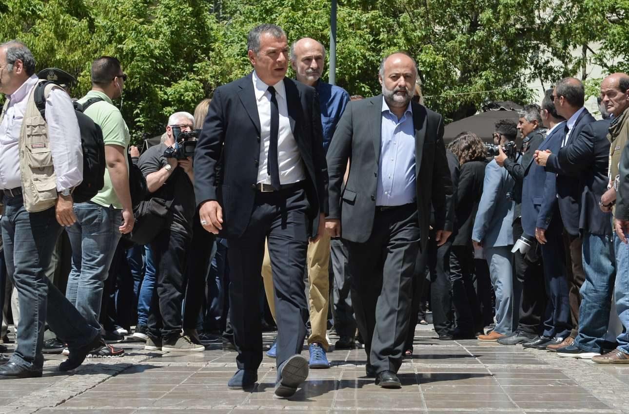 Ο επικεφαλής του Ποταμιού, Σταύρος Θεοδωράκης μαζί με τον εκπρόσωπο Τύπου του κόμματος, Δημήτρη Τσιόδρα