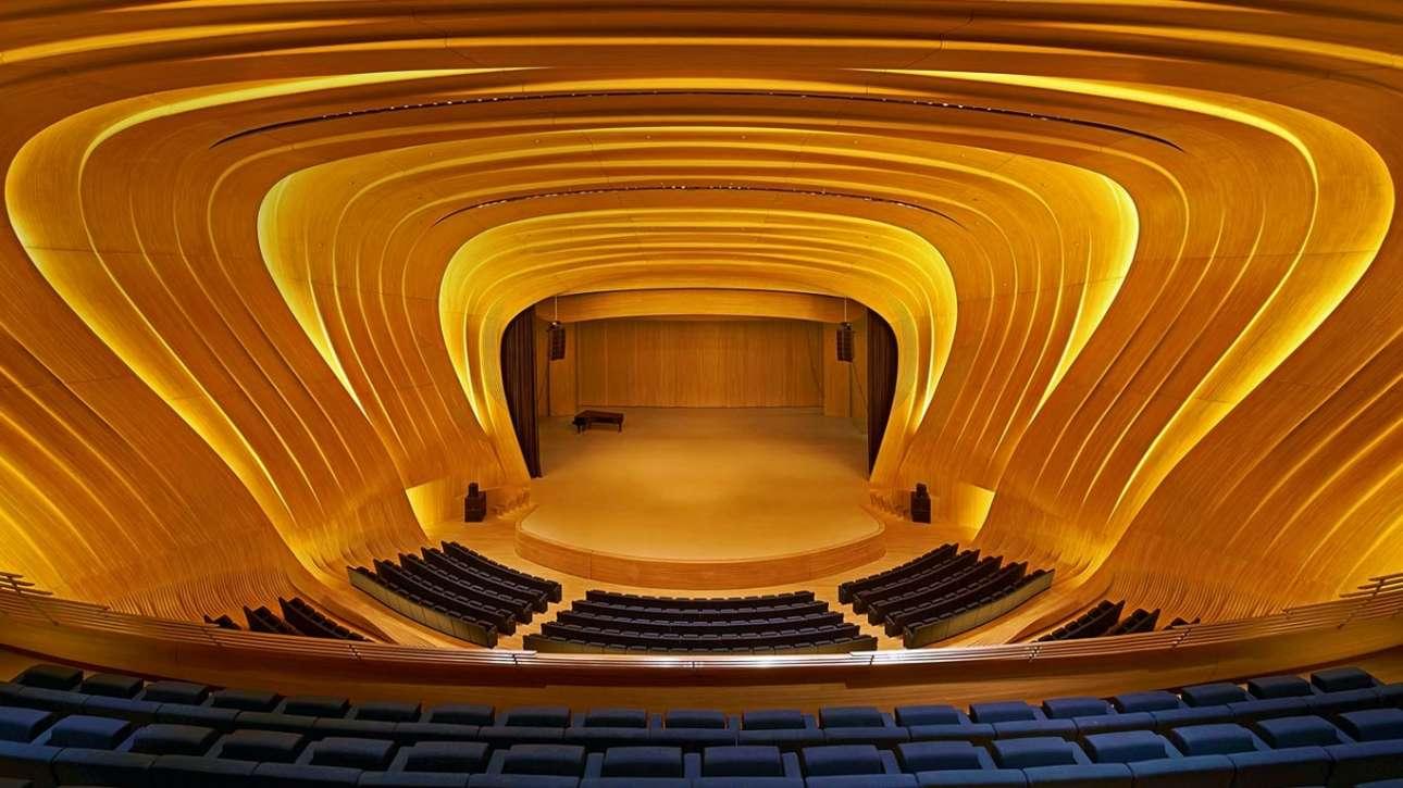 Κέντρο Heydar Aliyev, Μπακού, Αζερμπαϊτζάν    Το πάτωμα, οι τοίχοι και η οροφή του αμφιθέατρου στο πολιτιστικό κέντρο του Μπακού, που άνοιξε το 2012, αποτελούν ένα ενιαίο σύνολο. Η διάσημη Ζάζα Χαντίντ σχεδίασε έναν πραγματικά μαγικό χώρο με καμπύλες επιφάνειες από λευκό ξύλο βαλανιδιάς που «ντύνουν» ανάλαφρα το χαλύβδινο πλαίσιό του