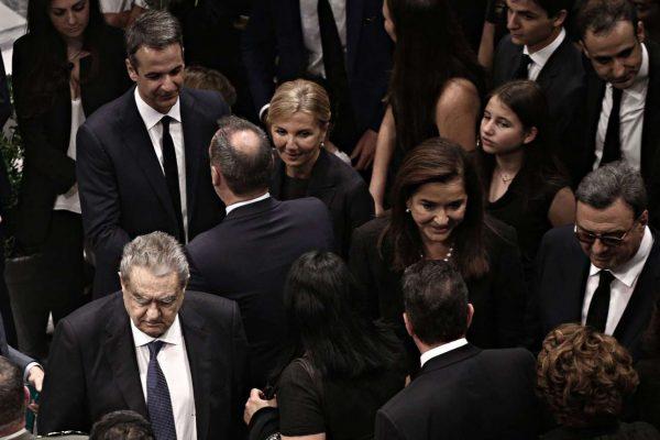 H οικογένεια δέχεται συλλυπητήρια. Ανάμεσα σε αυτούς που πήγαν να αποχαιρετήσουν τον Κωνσταντίνο Μητσοτάκη ήταν και ο Βαρδής Βαρδινογιάννης που διακρίνεται σε αριστερά