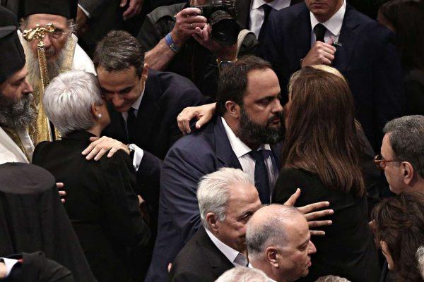 Ο Βαγγέλης Μαρινάκης ασπάζεται τη Ντόρα Μπακογιάννη, λίγη ώρα μετά την απόκτηση του ΔΟΛ...