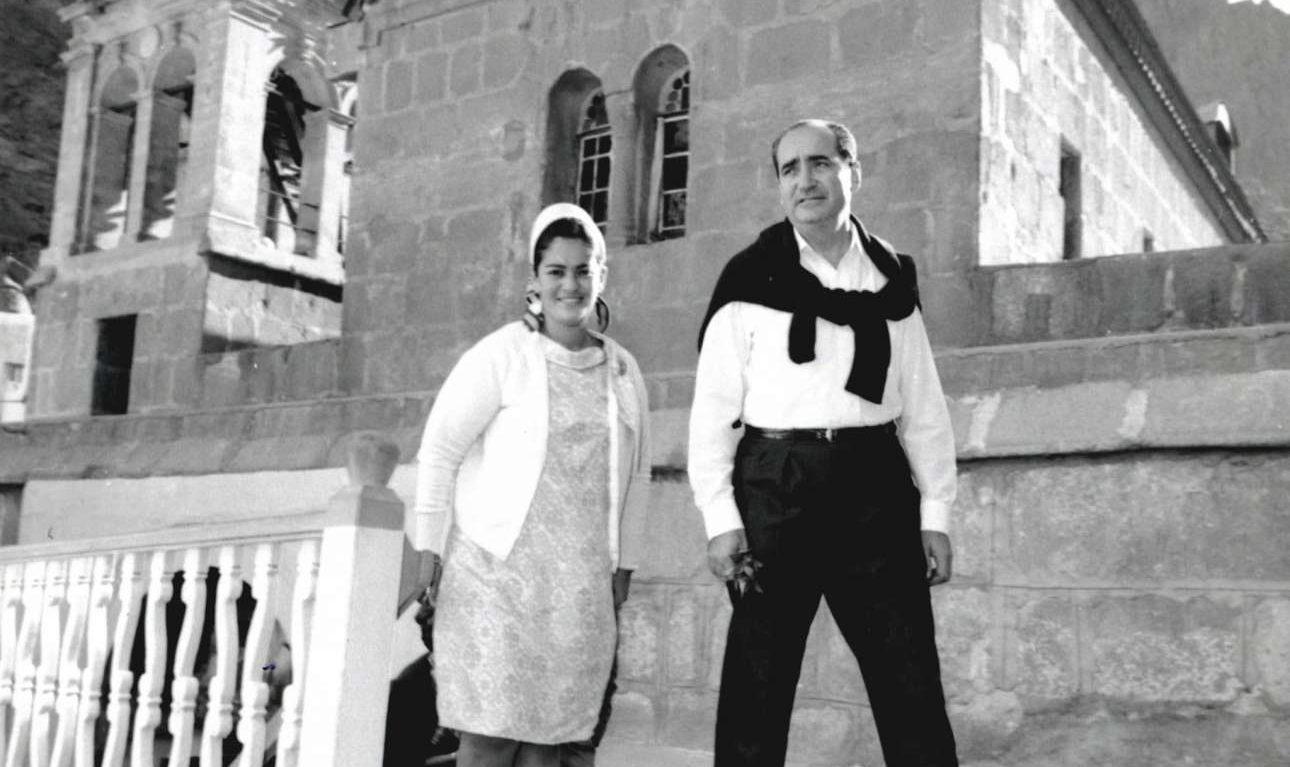 Ο Κωνσταντίνος Μητσοτάκης με τη σύζυγό του Μαρίκα στη Μονή Αγ. Αικατερίνης του Σινά κατά τη διάρκεια επίσκεψης στην Αίγυπτο, Ιούνιος του 1966.