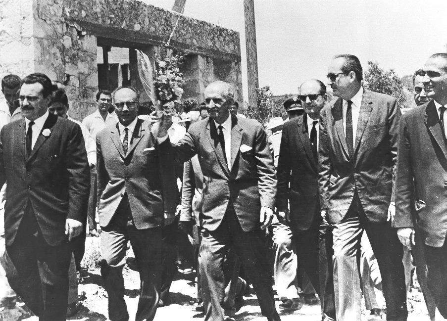 Αύγουστος 1964, με τον Γεώργιο Παπανδρέου κατά τη διάρκεια περιοδείας τους στην Κρήτη