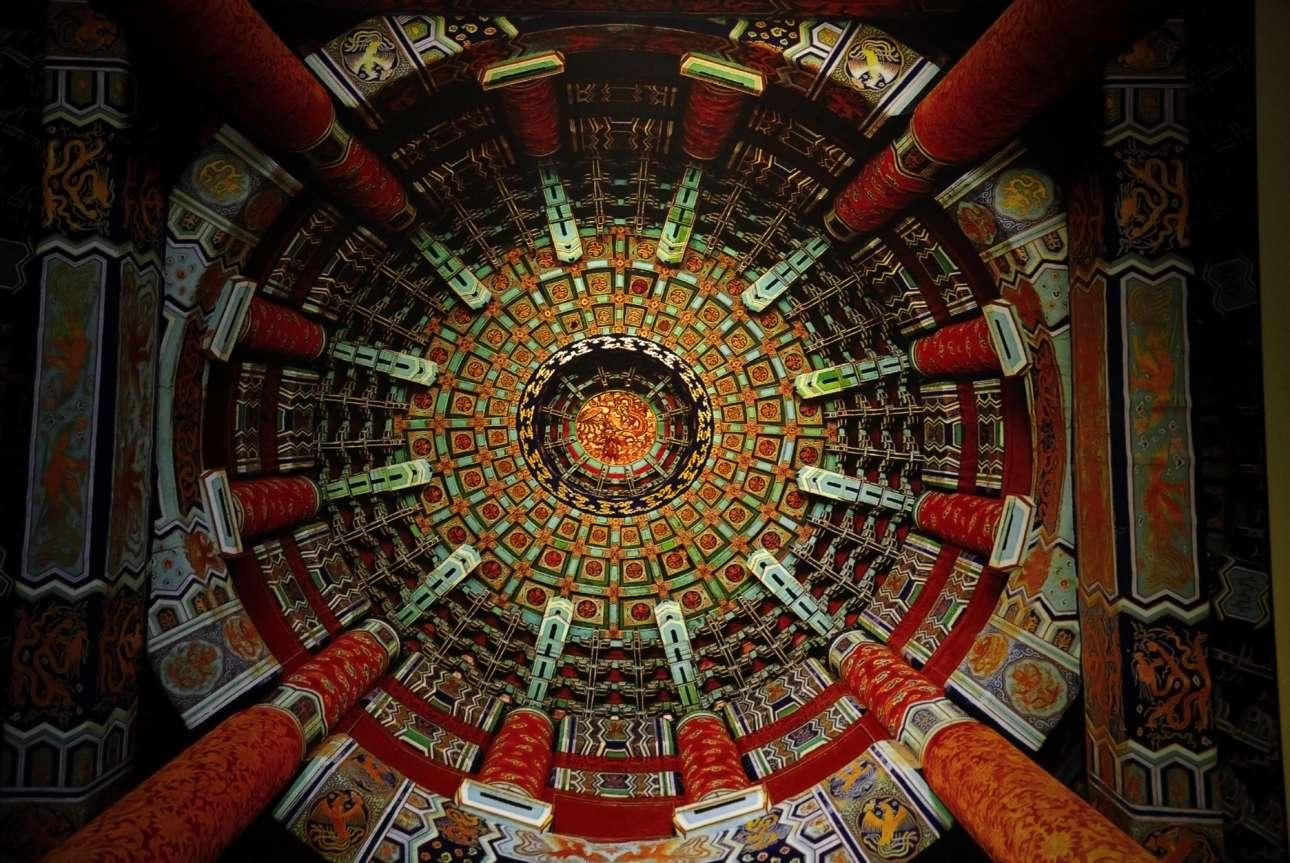 Αίθουσα της Προσευχής για Καλή Συγκομιδή, Ναός του Ουρανού, Πεκίνο.  Ο Ναός του Ουρανού στο τεράστιο συγκρότημα θρησκευτικών κτιρίων στο Πεκίνο καταλήγει σε ένα θόλο ύψους 38 μέτρων. Για την κατασκευή του, που ολοκληρώθηκε το 1420 κατά τη διάρκεια της δυναστείας των Μινγκ, δεν χρησιμοποιήθηκε ούτε ένα καρφί. Η γεωμετρική αρχιτεκτονική του παραπέμπει στις ώρες, τις ημέρες, τους μήνες και τις εποχές του χρόνου και τα χρώματά του αντιπροσωπεύουν διάφορες επικλήσεις για καλή τύχη, χαρά, ευημερία και δόξα. Ο ναός κάηκε το 1889 αλλά αποκαταστάθηκε και ήταν έτοιμος για τους Ολυμπιακούς Αγώνες του Πεκίνου το 2008