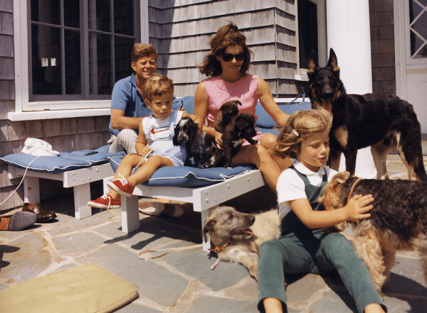 800px-Kennedy_Family_with_Dogs_During_a_Weekend_at_Hyannisport_1963-crop
