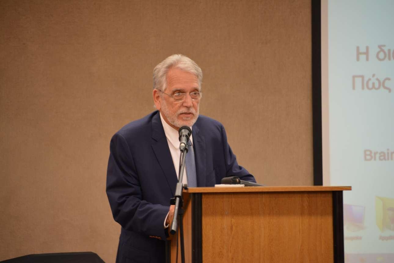 Ο καθηγητής Γιώργος Χρούσος κατά την τοποθέτησή του