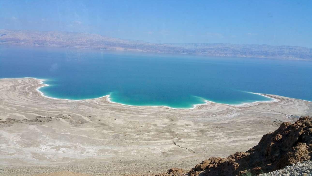 Η λειψυδρία στην ήδη ξερή περιοχή έχει επιδεινωθεί από τον αυξανόμενο πληθυσμό, τις γεωργικές χρήσεις, τον τουρισμό και τη βιομηχανία που εκτρέπουν σχεδόν το 90% των υδάτων του Ιορδάνη ποταμού, ο οποίος κανονικά συνέχιζε μέχρι τη Νεκρά Θάλασσα