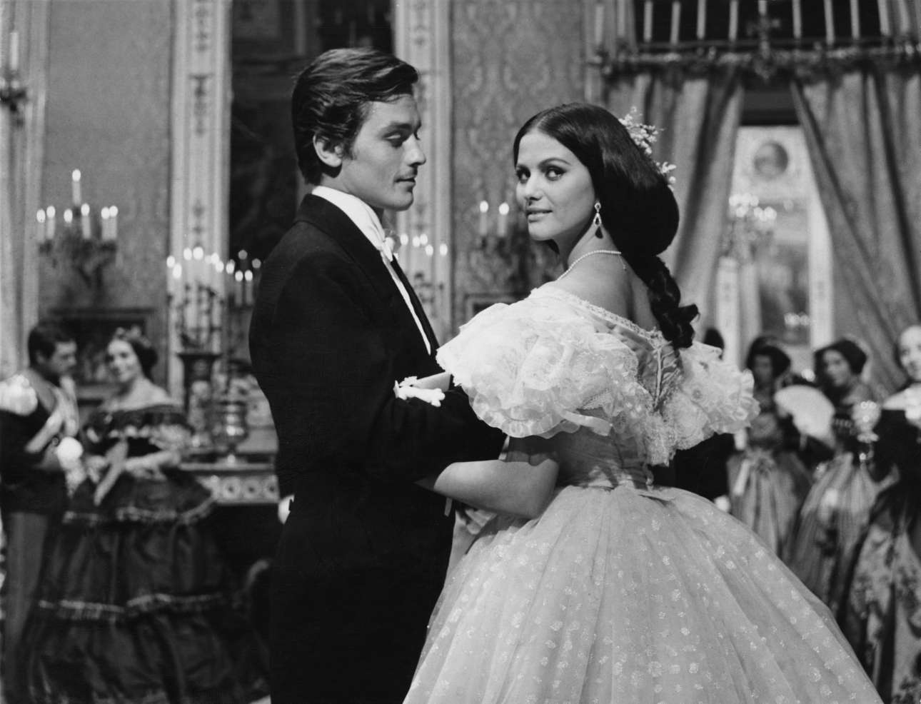 Ασπρόμαυρο καρέ από τον «Γατόπαρδο» του Βισκόντι. Τα γυρίσματα στην Τσινετσιτά κράτησαν πέντε ολόκληρους μήνες. Δεν ήταν δύσκολα για τον Ντελόν. Αγαπημένος του Βισκόντι ήταν ο μόνος που είχε δικό του καμαρίνι!