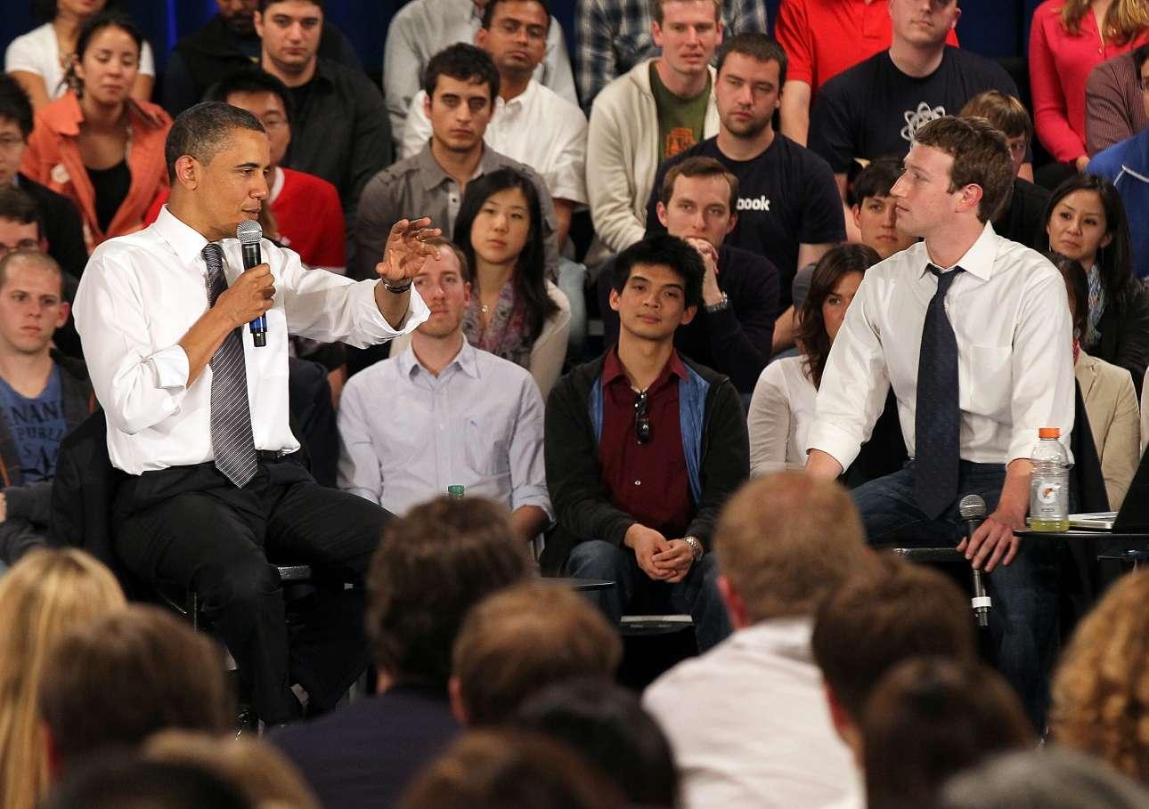 2011 με τον Μπαράκ Ομπάμα. Επειδή συνάντησε τον πρόεδρο, εγκατέλειψε τα εμβληματικά γκρίζα φανελάκια και φόρεσε λευκό πουκάμισο και γραβάτα. Μια πρόβα;