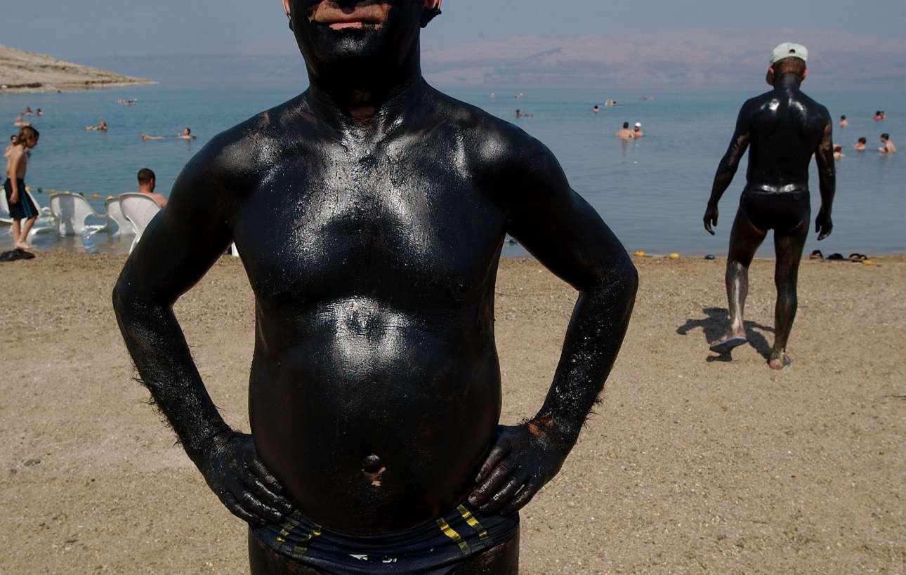 Πέρα από τις ευεργετικές ιδιότητες της λάσπης, και το κολύμπι στη Νεκρά θάλασσα είναι ιαματικό για όσους υποφέρουν από αναπνευστικά προβλήματα, αρθρίτιδα και δερματικές παθήσεις