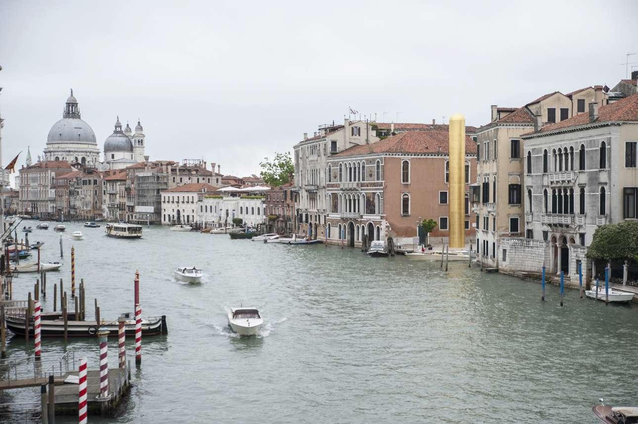Η πανέμορφη Βενετία. Στα δεξιά διακρίνεται ο «Χρυσός Πύργος», έργο του Τζέιμς Λι Μπίαρς για τις παράλληλες εκδηλώσεις της Μπιενάλε