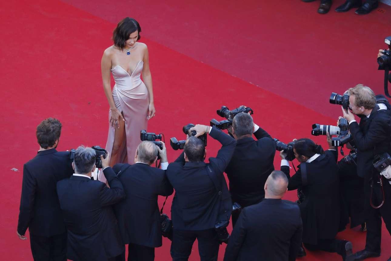 Και φυσικά δεν λείπει η Μπέλα Χαντίντ με ένα αποκαλυπτικό φόρεμα.
