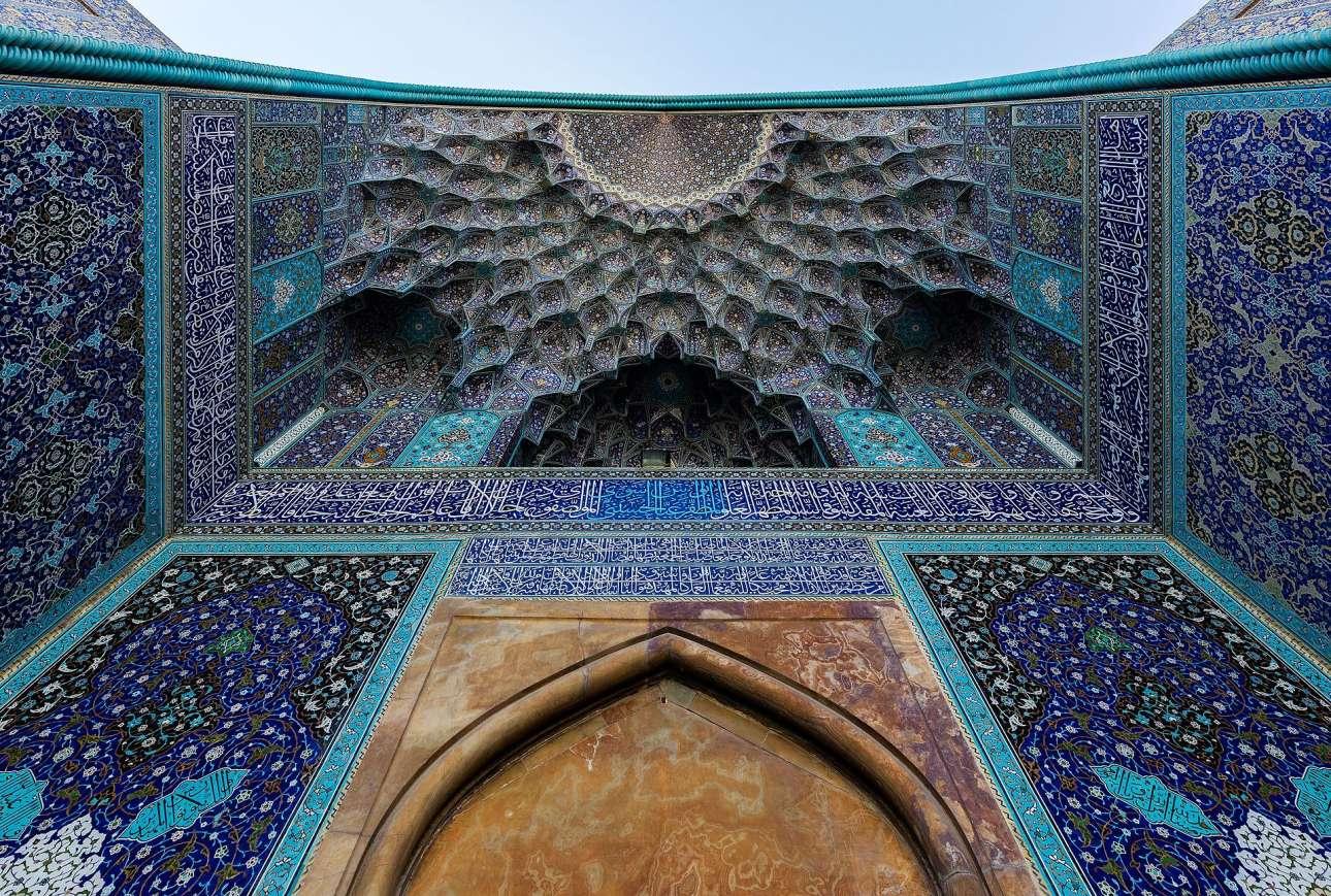 Τζαμί Σαχ, Ισφαχάν. Το 1598 ο Σαχ Αμπάς μετέφερε την περσική πρωτεύουσα στο Ισφαχάν. Εκεί χτίστηκε στις αρχές του 17ου αιώνα από τη δυναστεία των Σαφαβιδών το τζαμί Σαχ (ή τζαμί του Ιμάμη), ένα από τα αριστουργήματα της περσικής αρχιτεκτονικής. Για τη δημιουργία του κατασκευάστηκαν αναρίθμητα πλακάκια στα οποία κυριαρχούν μοτίβα σε χρώματα μπλε ελεκτρίκ, τιρκουάζ, πράσινο, ροζ, κίτρινο και λευκό που αντανακλούν την αγάπη των Ιρανών για τη φύση
