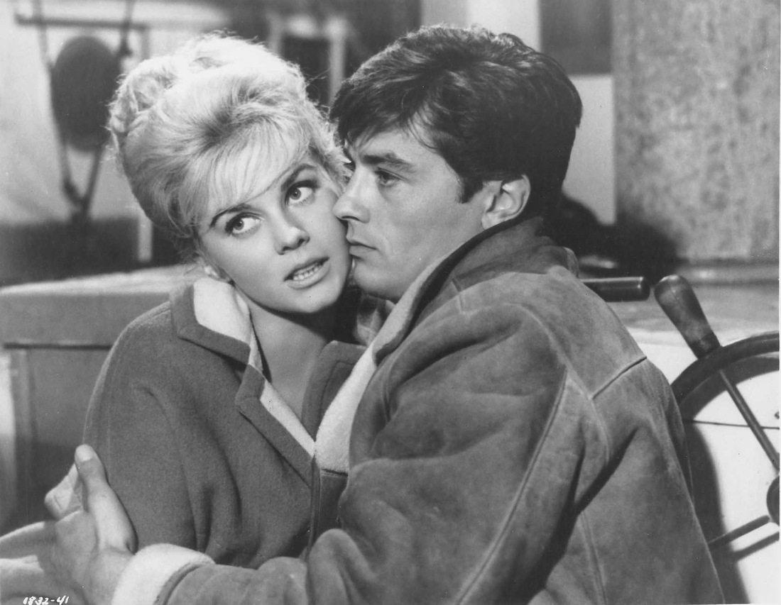 Με την Αν Μάργκρετ στο «Once a Thief» (1965). Στην Ελλάδα το φιλμ του Μαρκ Ρόνσον προβλήθηκε ως «Ο Κλέφτης». Είναι ένα από τα πολλά που γύρισε ο Ντελόν στο Χόλιγουντ