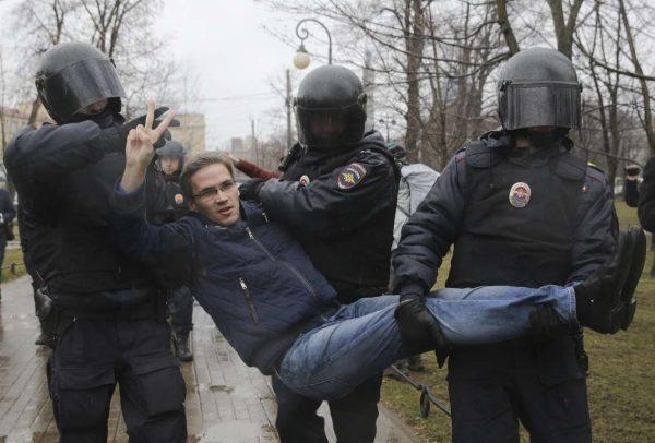 Στις 28 Απριλίου το αντικυβερνητικό κίνημα Ανοιχτή Ρωσία» πραγματοποίησε διαδηλώσεις σε όλη την χώρα (όπως και στις 26 Μαρτίου). Στη φωτό διαδηλωτής στην Αγία Πετρούπολη συλλαμβάνεται από αστυνομικούς (REUTERS/ Anton Vaganov)