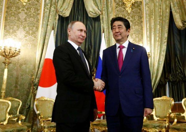 Λίγες μέρες μετά την αμφισβητούμενη συνάντηση με τον αμερικανό ΥΠΕΞ Ρεξ Τίλερσον, ο Πούτιν είδε τον γαπωνέζο πρωθυπουργό Σίνζο Αμπε, στις 27 Απριλίου (REUTERS/ Sergei Karpukhin)
