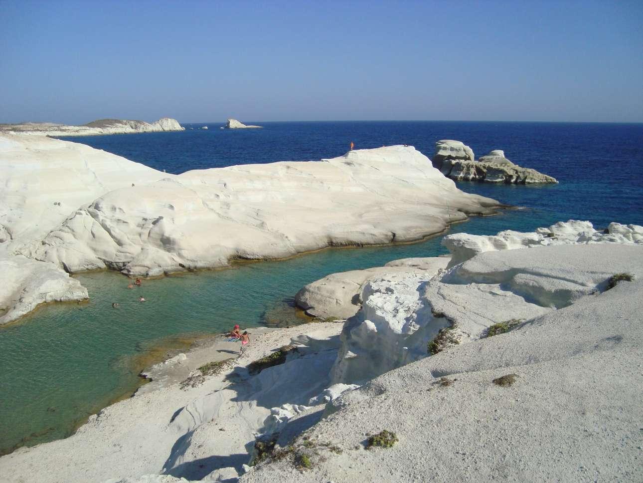 Στην έβδομη θέση το σεληνιακό τοπίο του Σαρακήνικου στην Μήλο. Τα λευκά βράχια, το κυκλαδίτικο φως και τα σμαραγδένια νερά προσφέρουν ένα μοναδικό θέαμα