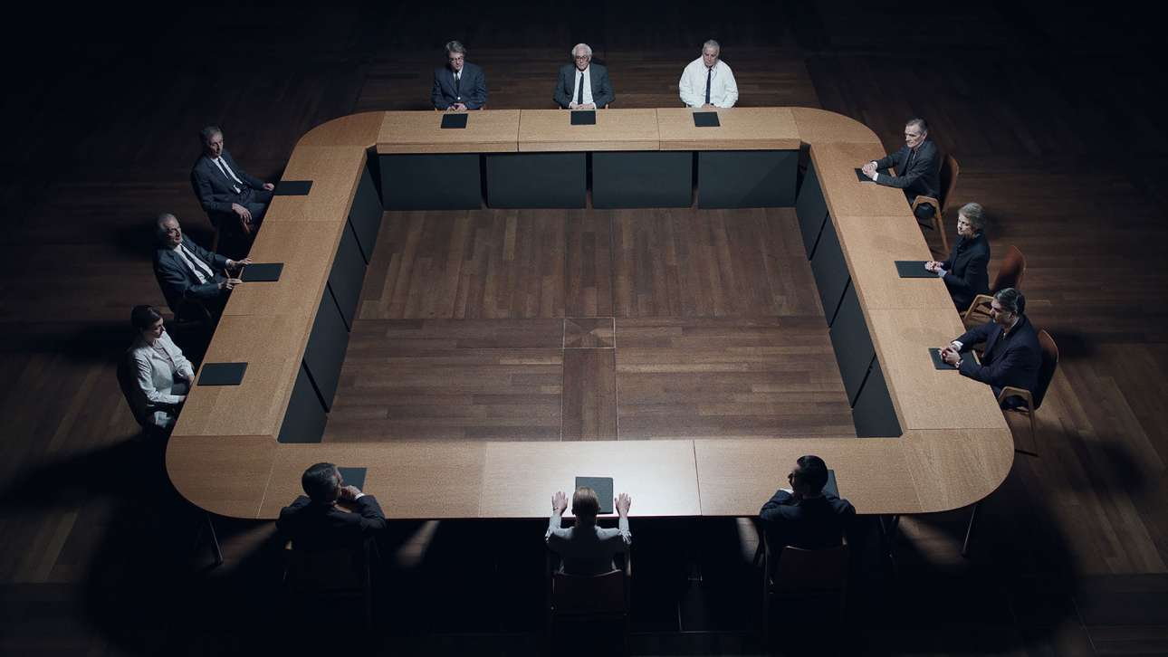 Καρέ από το βίντεο της ελληνικής συμμετοχής. Ο εικαστικός και σκηνοθέτης Γιώργος Δρίβας εκπροσωπεί την Ελλάδα με την αφηγηματική εγκατάσταση «Εργαστήριο Διλημμάτων», βασισμένη στην τραγωδία του Αισχύλου «Ικέτιδες», επιχειρώντας να εκθέσει την αγωνία, την απορία και τη σύγχυση ατόμων και κοινωνικών ομάδων όταν καλούνται να διαχειρισθούν διλήμματα