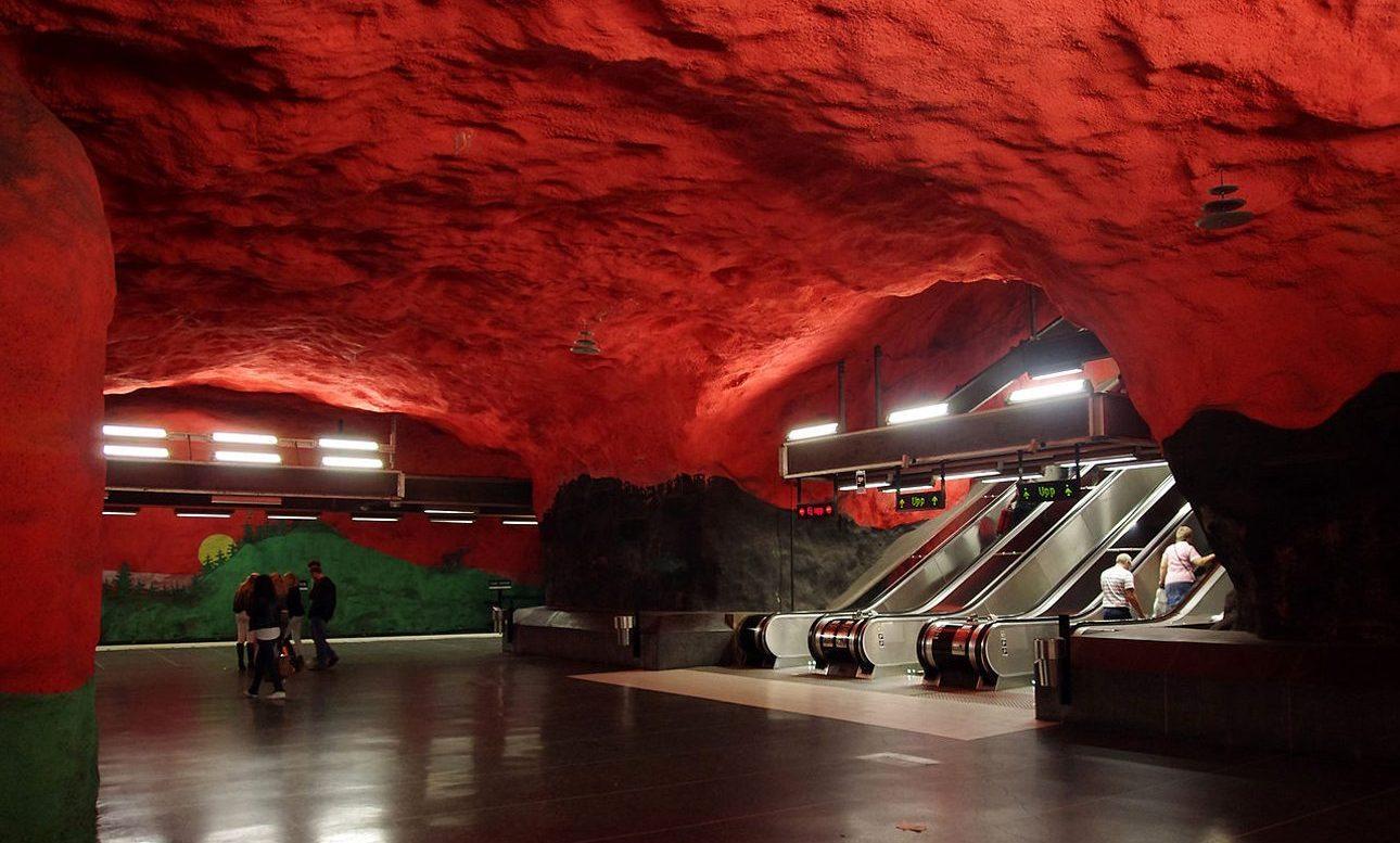 Σταθμός του μετρό της Στοκχόλμης. Το «Tunnelbana», όπως ονομάζεται το μετρό της Στοκχόλμης, είναι η μεγαλύτερη γκαλερί του κόσμου, μήκους 110χλμ, με 100 σταθμούς γεμάτους με εκπληκτικά έργα τέχνης. Ανεβαίνοντας στις κυλιόμενες σκάλες στη στάση της μπλε γραμμής του μετρό που υπάρχει στο εμπορικό κέντρο Solna Centrum είναι σα να δραπετεύεις από μια μυθική σπηλιά που ο θόλος της έχει πάρει φωτιά. Η στάση αυτή άρχισε να λειτουργεί το 1975
