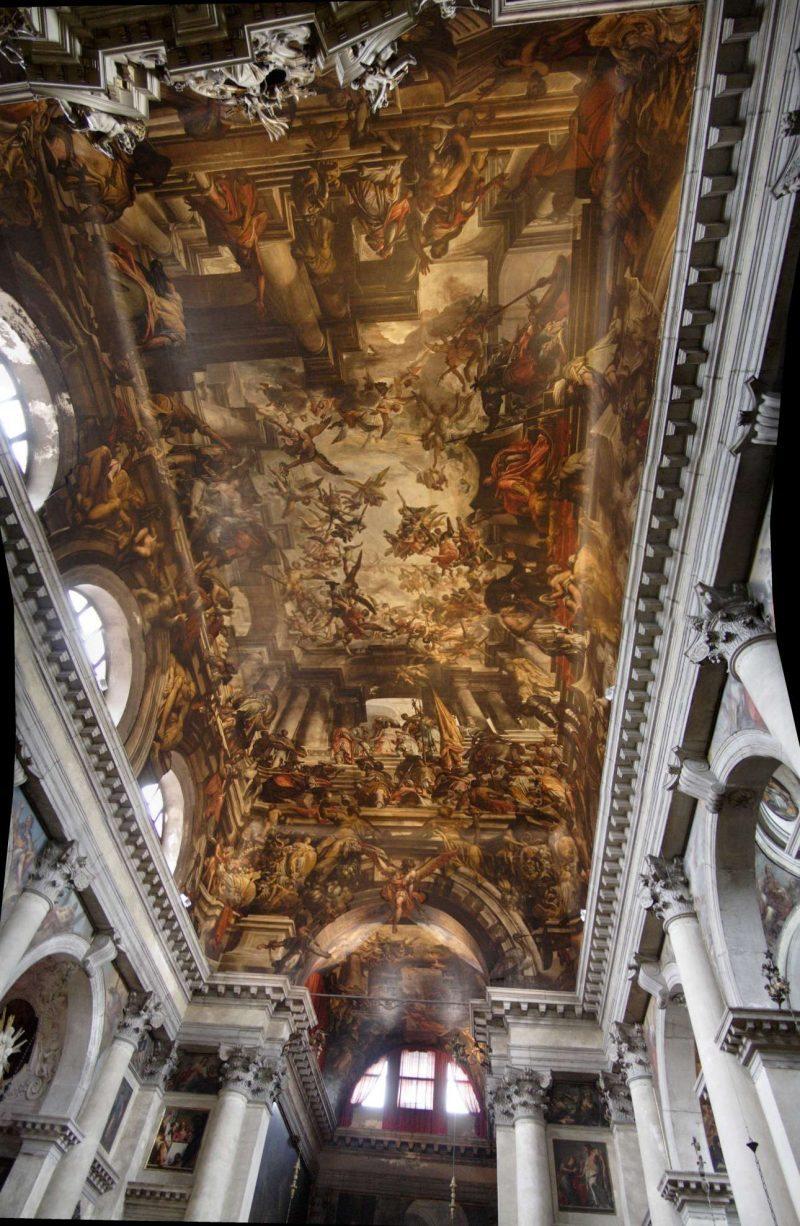 San Pantalon, Ντορσοντούρο, Βενετία. Ο Πανταλέων ή Παντολέων (ο δικός μας Άγιος Παντελεήμονας) ήταν ένας από τους Αγίους Ανάργυρους διακεκριμένος γιατρός που γιάτρευε τον κόσμο χωρίς λεφτά και μαρτύρησε το 303 στη Βιθυνία επί Διοκλητιανού. Στην μπαρόκ εκκλησία του που χτίστηκε τον 17ο αιώνα στο Ντορσοντούρο, η εκτυφλωτική ζωγραφική δίνει την ψευδαίσθηση ότι η αρχιτεκτονική συνεχίζεται και στην οροφή του ναού