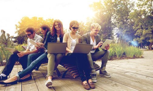 Wifi_laptop_people_450689707