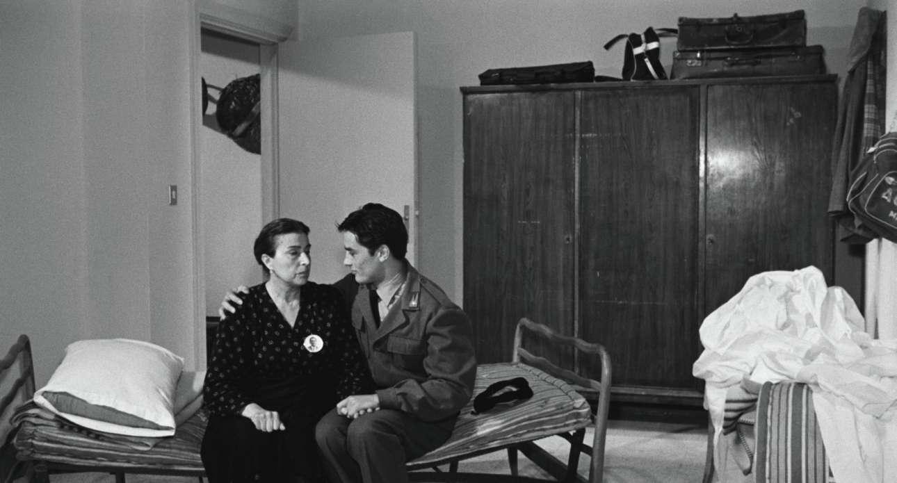 Με τη μεγάλη Κατίνα Παξινού στην ταινία του Βισκόντι «Ο Ρόκο και τ' Αδέλφια του». Ο Ντελόν είχε ντουμπλαριστεί, από ιταλόφωνο ηθοποιό, αλλά αυτό δεν αποτελεί κάτι εξαιρετικό. Ολες οι ταινίες στην Ιταλία μεταγλωττίζονται