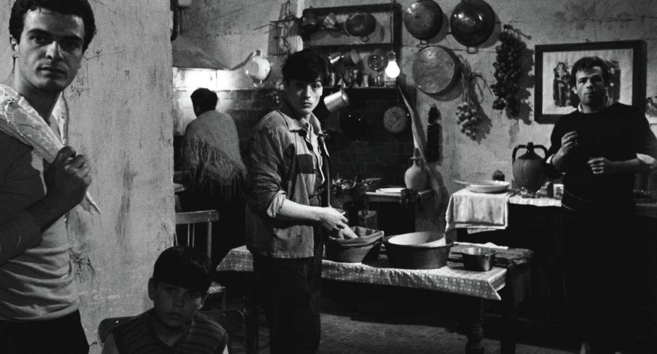 «Ο Ρόκο και τ' αδέλφια του» (1960). Ο Ντελόν, ο Ρόκο, ανάμεσα στον Σπύρο Φωκά και τον Ρενάτο Σαλβατόρε στο εμβληματικό φιλμ του Λουκίνο Βισκόντι