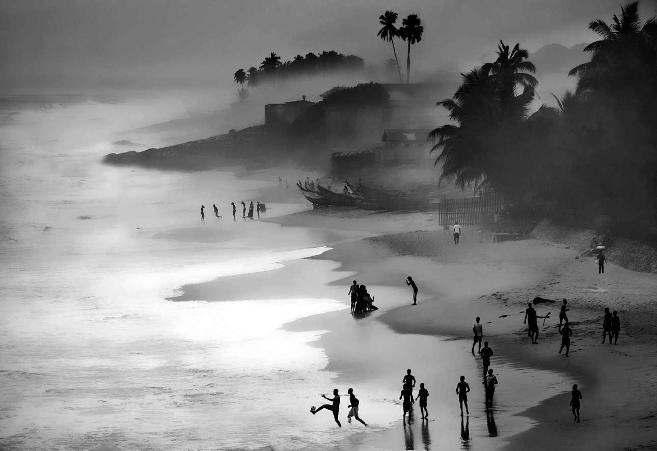 Πρώτο βραβείο, κατηγορία «Ανοιχτή Φύση». Ανέμελες στιγμές στο ηλιοβασίλεμα, σε παραλία της Γκάνας. Η συγκεκριμένη παραλία κρύβει όμως και ένα σκοτεινό παρελθόν...από εκεί σάλπαραν τα πλοία που ασχολούνταν με το εμπόριο σκλάβων