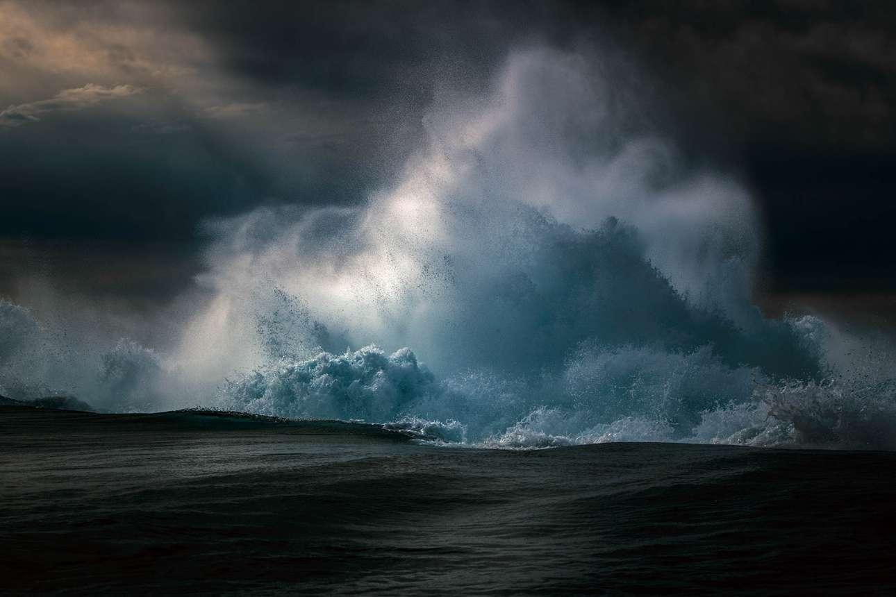 Πρώτο βραβείο, κατηγορία «Τοπίο». Ο φωτογράφος αποφεύγει τα όμορφα κύματα, τις ειδυλλιακές παραλίες και τα φοινικόδεντρα και προτιμά να εστιάζει στην άγρια, ακατέργαστη ομορφιά του ωκεανού της Αυστραλίας