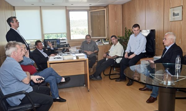 Συντάκτες του ΔΟΛ περιμένουν να μάθουν τις εξελίξεις στο γραφείο του Αντώνη Καρακούση, διευθυντή στο «Βήμα»