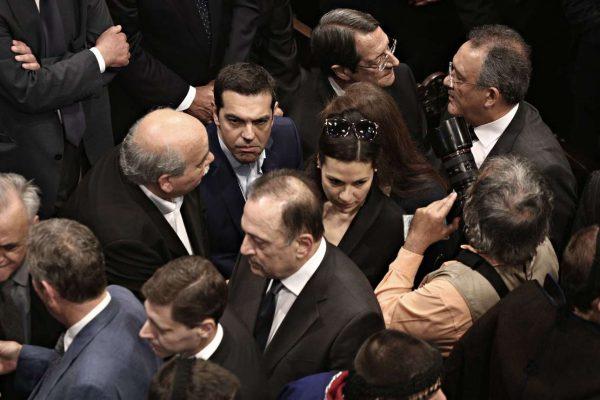 Ο πρόεδρος της Κύπρου, ο Πρωθυπουργός της Ελλάδας και ο πρόεδρος της Βουλής των Ελλήνων, στριμωγμένοι. Ο Αλέξης Τσίπρας δείχνει να ασφυκτιά