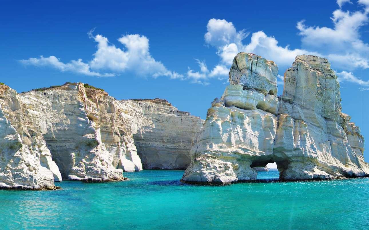 Στην τρίτη θέση βρίσκεται το Κλέφτικο της Μήλου, με τους ιδιαίτερους βράxους από ασβεστόλιθο, τις σπηλιές και τα καταγάλανα νερά. Τα «θαλάσσια μετέωρα» όπως τα αποκαλούν, είναι προσβάσιμα μόνο με σκάφος