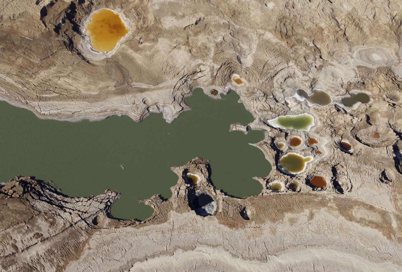 Αεροφωτογραφία περιοχής της Νεκράς Θάλασσας, στην οποία διακρίνονται δεκάδες καταβόθρες