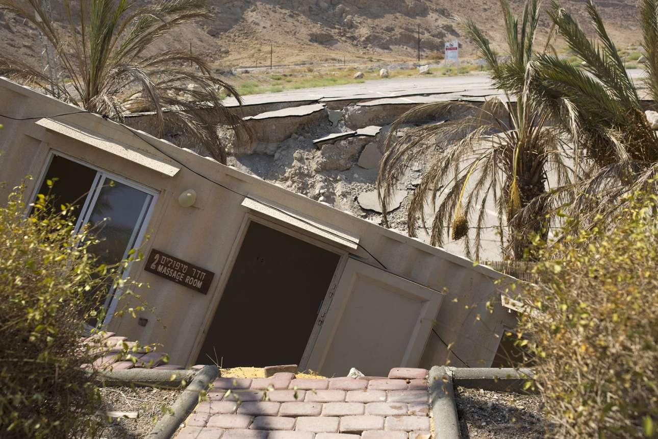 Η μείωση της στάθμης του νερού έχει δημιουργήσει χιλιάδες καταβόθρες, μερικές από τις οποίες έχουν «καταπιεί» δρόμους και τουριστικές εγκαταστάσεις