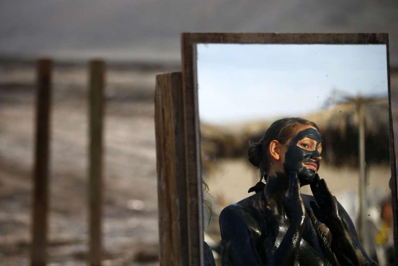 Οποιος επισκέπτεται την Νεκρά θάλασσα δεν παραλείπει να αλειφθεί με τη λάσπη της, γνωστή για τις ευεργετικές της ιδιότητες, καθώς περιέχει μαγνήσιο, νάτριο, κάλιο και ασβέστιο