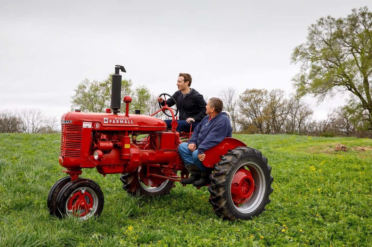Οδηγώντας ένα ηλικίας 80 ετών τρακτέρ σε φάρμα στο Γουισκόνσιν. Ο Ζάκερμπεργκ με τον λαό. Μήπως ετοιμάζει κάτι άλλο;