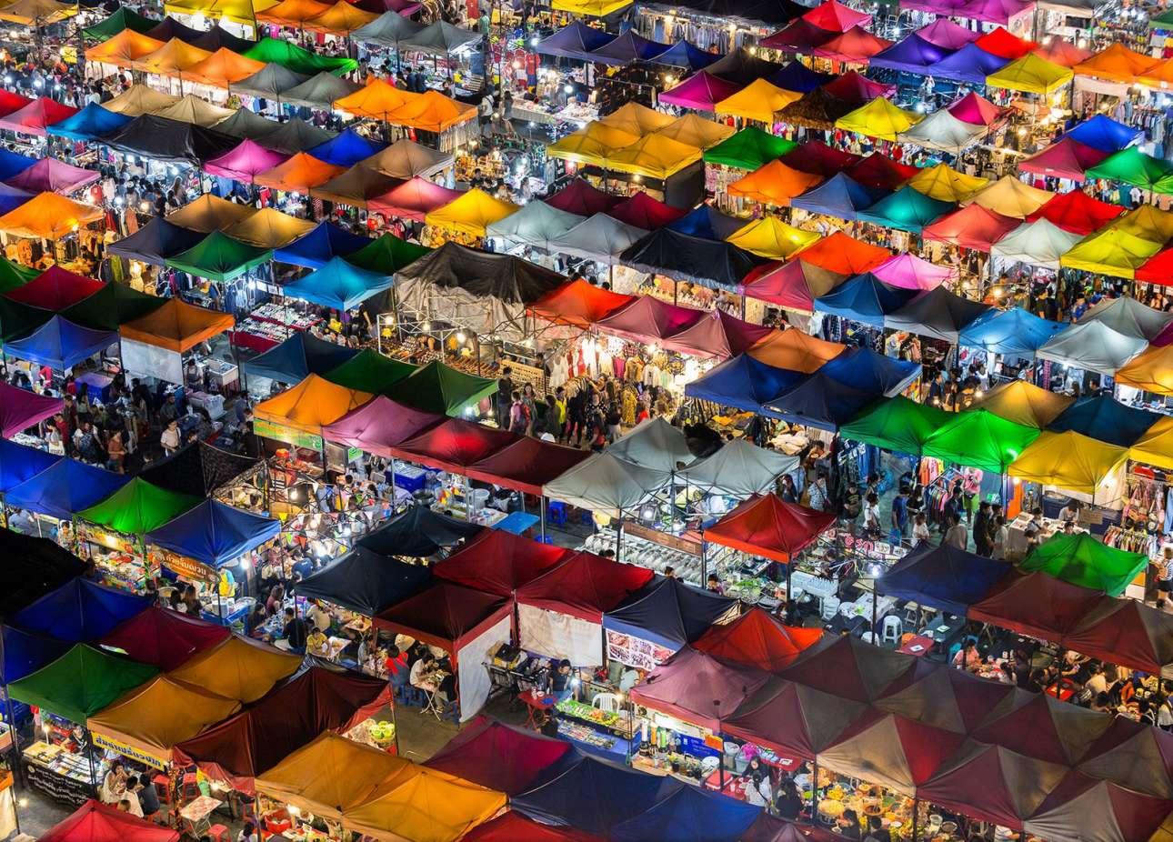 «Πολύχρωμη Αγορά». Καθώς η νύχτα πέφτει στην Ταϊλάνδη, το παζάρι της Μπανγκόκ με τα έντονα φώτα και τις χρωματιστές τέντες ζωντανεύει