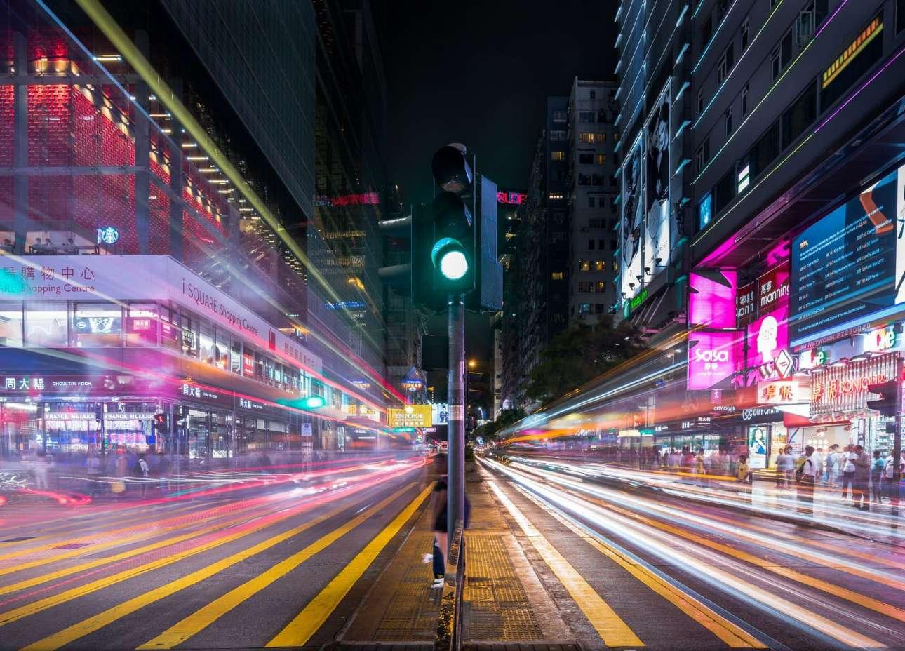 «Ζωηρή βραδιά στο Χονγκ Κονγκ». Με την τεχνική της μακράς έκθεσης, ο κινέζος φωτογράφος αποτυπώνει έναν πολυσύχναστο δρόμο του Χονγκ Κονγκ